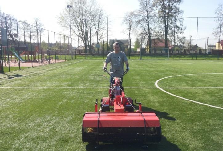 Oczyszczanie płyty boiska- zamiatarka FBZ 120